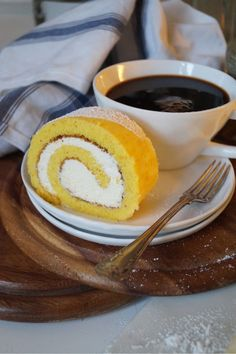 Herrhavreflarn - Saffrans-rulltårta med vaniljgrädde, enkelt och väldigt gott.