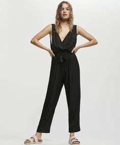 Combinaison unie noire, 45.99€ - Combinaison sans manches. Taille élastique et lien. - Collection Printemps été 2018 chez OYSHO online.