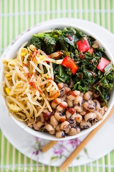 Korean-Inspired Black-eyed Peas and Kale Bowl [Vegetarian, Vegan, Healthy] Veggie Recipes, Asian Recipes, Whole Food Recipes, Vegetarian Recipes, Cooking Recipes, Healthy Recipes, Buddha Bowl Vegan, Clean Eating, Healthy Eating