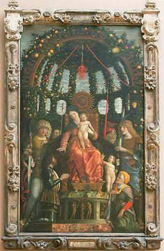 La Vierge de la Victoire- Andrea MANTEGNA-1496-Louvre  Les allusions militaires ne manquent pas ici : agenouillé et revêtu de son armure, le marquis exprime sa reconnaissance à la Vierge afin de commémorer la victoire douteuse sur les troupes françaises de Charles VIII à Fornoue aux environs de Parme le 6 juillet 1495. Le corail, que l'on considérait alors comme un symbole de la Vierge, pourrait ici faire allusion à l'intercession de celle-ci dans la bataille.
