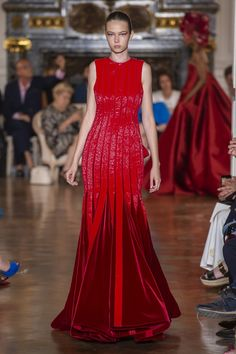 Valentino at Couture Fall 2018 - The Must-See Runway Dresses From Paris Couture Week - Livingly Style Couture, Couture Week, Haute Couture Fashion, Couture Ideas, Valentino Couture, Valentino Dress, Divas, Prom Dress Couture, Collection Couture