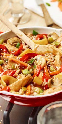 Die bunte Reispfanne mit Bambussprossen ist eine super Idee, wenn du mal wieder asiatisch kochen möchtest. Das Fitness-Rezept mit Gemüse, Reis und Hähnchen ist sehr lecker und du kannst es leicht nachmachen. Probiere es aus und lass es dir schmecken!