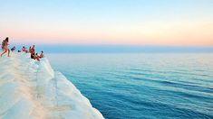 La Scala dei Turchi, en SicileIl faut se rendre en Sicile pour avoir la chance de contempler ce paysage aux frontières du réel. Scala dei Turchi, l'«escalier des Turcs», est une petite falaise blanche composée de marne. On y accède par un passage calcaire semblable à un escalier naturel. Du haut de la Scala, la vue sur la Méditerranée est imprenable.Retrouvez l'épingle sur Pinterest/ Via travelchannel.com