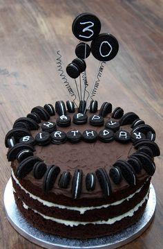 Doğum günü, özel günler ve kutlamalar için yapabileceğiniz nefis bir pasta tarifi. Oreo Bisküvili Doğum Günü Pastası…