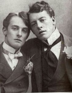 Lord Alfred Douglas and Oscar Wilde were supposedly involved in a clandestine affair. Persecution and prosecution by Lord Douglas, the father, destroyed Oscar Wilde and ultimately led to his early death a shattered man. Oscar Wilde, a favorite author. Lord Alfred Douglas, Fotografia Social, The Last Summer, Oscar Wilde, Interesting History, Gay Couple, Vintage Pictures, Vintage Photographs, Historical Photos