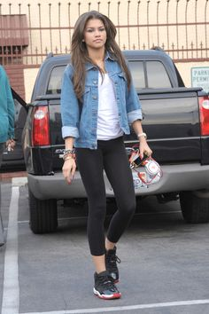 Zendaya Coleman Denim Jacket - Zendaya Coleman sported a cool denim jacket over her white tee and leggins for a casual look while leaving 'Dancing With the Stars' rehearsals. Zendaya Hair, Zendaya Outfits, Zendaya Style, Zendaya Fashion, Zendaya Coleman, Style Outfits, Casual Outfits, Cute Outfits, Fashion Outfits