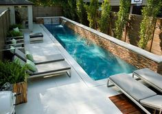 Kleine tuin met zwembad. Beton, water, steen, loungen, ontspanning en plezier.