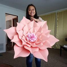 decorar con flores de papel gigantes