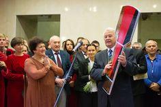 Ректор НТУ «ХПІ», професор Л. Л. Товажнянский урочисто передав символічний ключ від нового корпусу директорові бібліотеки Л. П. Семененко.