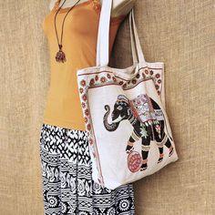 Bolsas sacolas com estampas étnicas. Por mais dias vividos no seu estilo. Apenas R$ 3490  Peça a sua em nosso whatsapp: 13 982166299  #modaetnica #bag #elefante #boho #bohostyle