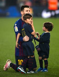 Lionel Messi of FC Barcelona celebrates with their children CIro. Lional Messi, Messi Fans, Barcelona E Real Madrid, Barcelona Spain, Football Love, Football Team, Lionel Messi Family, Cr7 Junior, Lionel Messi Wallpapers