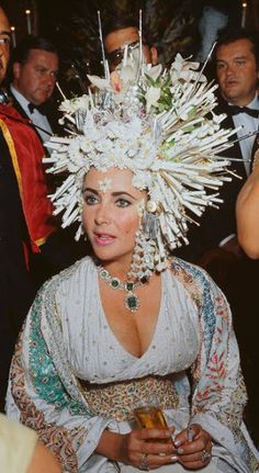 Elizabeth Taylor looking amazing in an incredible hat and pieces from her Bulgari emerald and diamond suite. Via Diamonds in the Library. Elizabeth Taylor Jewelry, Elizabeth Taylor Cleopatra, Fancy Hairstyles, Taylor S, Italian Girls, Before Us, Celebs, Celebrities, Headdress