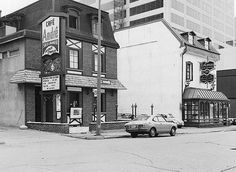 Que reste-t-il du Montr�al d�antan? // Le Caveau HIER – 1973 : comme si c'était hier... mais pas tant que ça! Le Caveau, restaurant mythique, avait alors de la concurrence! Montreal Qc, Old Pictures, Rue, Past, Places To Visit, Street View, Museum, Canada, Victoria