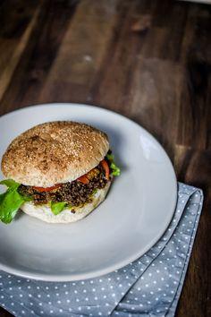 Lammbolognese-Senf-Burger  Wie ihr ja wahrscheinlich schon gelesen habt, haben wir auf der eat&style heute eine super leckere Senfsauce gekauft. Zum Abendessen benutzte ich nun diese Sauce für einen etwas anderen Burger. Aber seht selbst.