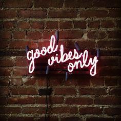 """Tendance déco : le néon lumineux. Ecriture simple, """" good vibes only"""" par Marcus Conrad sur Etsy."""