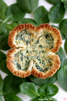shamrock quiche, for all your St. Patty's Day quiche needs. Irish Appetizers, St Patrick's Day Appetizers, Appetizer Recipes, Delicious Appetizers, Appetizer Party, St. Patrick's Day, Spinach Quiche, Spinach Dip, Yummy Quiche
