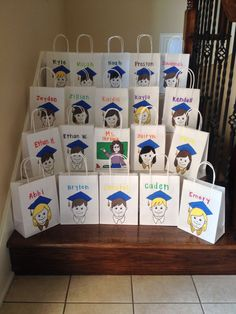 Easy Elementary School Graduation Goodie Bags--Cut out design, trace, and paint Preschool Graduation Gifts, 5th Grade Graduation, Graduation Theme, Graduation Ideas, Kindergarten Party, Kindergarten Graduation, Student Gifts, Graduate School, Preschool Activities