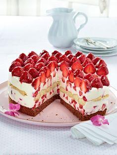 Kuchen RezepteDas Schönste im Sommer: ein Stück frischgebackener Erdbeerkuchen. An einem sonnigen Nachmittag oder einem lauen Sommerabend