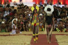 Women from the Kayapo, left, and the Rikbaktsa ethnic groups take part in the parade of indigenous beauty at the World Indigenous Games on October 2015 Gisele Bundchen, Chucky, Indigenous Games, Amazon Tribe, Xingu, Mean People, Cultural Diversity, First World, Beauty