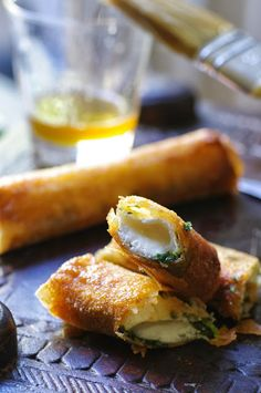 Voici enfin la recette promise depuis la semaine dernière ...Si vous aimez le fromage vous allez être servis!!Comme vous pouvez le voir sur la photo, ce cigare au chèvre est un pur péché caloriquecrou