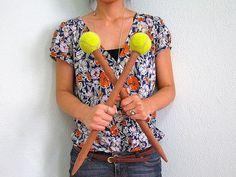 """""""Um cabo de vassoura serrado + bolas de tênis = maxi agulhas (2 cm de diâmetro) feitas em casa. Mostro como fiz."""" (A broomstick sawed tennis balls + needles = maxi (2 cm diameter) made in house. I show how I did.)"""