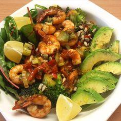 Krevety na kari s avokádem ➡️ krevety ➡️ zelené a červené kari ➡️ avokádo ➡️ rukolla, špenát, jarní cibulka, brokolice, červená a žlutá paprika, celer, okurka ➡️ citron ➡️ semínka ➡️ olivový olej  Olivový olej smícháme s kari a naložíme do tohoto krevety. Mezitím si nakrájíme veškerou zeleninu, dáme na pánev a zlehka opečeme, přidáme krevety i se zbylým olejem. Opečeme cca 5min, dokud krevety nejsou růžové. Podáváme na salátku(rukolla se špenátem) a avokádem. Posypeme semínky… Kung Pao Chicken, Cobb Salad, Paleo, Ethnic Recipes, Fit, Red Peppers, Shape, Beach Wrap