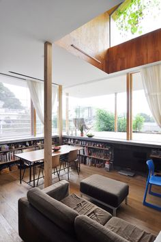 地盤より90cm掘ってつくったリビングとダイニングのスペース。床は3種類の幅の材をランダムに張っている。 Japanese House, Dining Table, Living Room, Architecture, Interior, Inspiration, Furniture, Awesome Stuff, Design