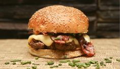 Hamburger Bartholomé Big Fernand.... élu meilleur hamburger de Paris en 2013, et qui reste pour nous une référence. Et, « Comme un Chef » oblige, c'est l'un des 3 fondateurs de cette (petite) chaîne de burger premium, qui vous le présente en vidéo :