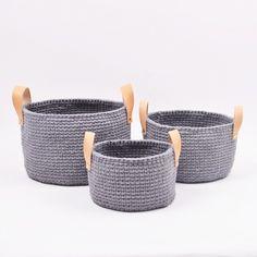 Ribbon kurv med hank av lær i 3 størrelser Oppskrifter Hobbii Free Crochet Bag, Knit Or Crochet, Single Crochet, Hand Crochet, Crochet Hooks, Crochet Bags, Stitch Patterns, Crochet Patterns, Drops Baby
