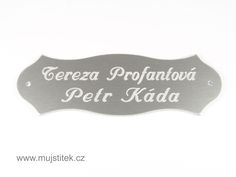 Eloxovaný dveřní štítek s dírkami pro upevnění na vchodové dveře. www.mujstitek.cz