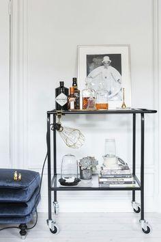 Zo'n tafeltjedingetje met paar fleskes whisky en paar boekjes, lampje, lijstje - gezellig maken