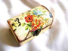 #Cutie #lemn #stil #cufar cu #model #floral si #fluture de #culoare #galben cu #negru, cutie din lemn #decorata. Produs lucrat manual, cutie din lemn din categoria pastrare #accesorii si #bijuterii #femei. http://handmade.luxdesign28.ro/produs/cutie-lemn-stil-cufar-cu-model-floral-si-fluture-cutie-din-lemn-decorata-29705/