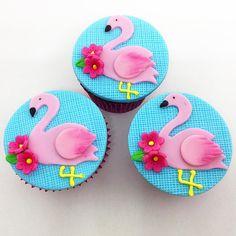 """63 curtidas, 1 comentários - Caramelada by Alline Moura (@carameladacupcakes) no Instagram: """"Demos uma pausa nas nossas férias, para preparar esses doces lindos, para uma festa super especial,…"""" Flamingo Party, Flamingo Cupcakes, Flamingo Birthday, Fondant Toppers, Fondant Cupcakes, Hawaian Party, Mug Crafts, Foundant, Chocolate Dipped Oreos"""