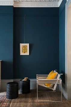 Décoration intérieur peinture : marier les couleurs Depth and elegance of the blue walls, illuminated by a yellow sun cushion (painting Hague Blue, Farrow and Ball). Blue Rooms, Blue Walls, Dark Walls, Interior Paint, Home Interior, Yellow Interior, Interior Designing, Modern Interior, Wall Colors
