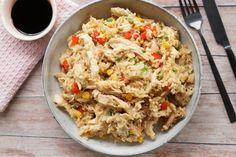 Nem og god opskrift på stegt ris - fried rice med kylling, grøntsager og æg vendt i sesamolie. Kyllingen bliver mør og lækker og er hurtig at tilberede. A Food, Food And Drink, Asian Recipes, Ethnic Recipes, Wok, Fried Rice, Poultry, Recipies, Pasta