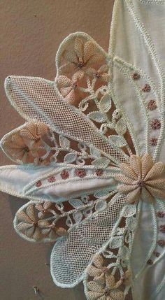 Romanian Lace, Crochet Bedspread, Needle Lace, Bead Crochet, Macrame, Diy And Crafts, Brooch, Sewing, Lace