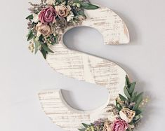 Ornate wildflower wood letter of your choice in need . # of her # ornate # wildflower wood letter - - Verzierter Wildblumenholzbrief Ihrer Wahl in Not . Flower Letters, Diy Letters, Letter A Crafts, Wood Letters Decorated, Wooden Letter Decor, Decorative Letters For Wall, Boho Dekor, Diy And Crafts, Arts And Crafts