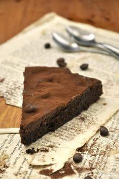 Η σουηδική λέξη «kladdkaka» είναι πολύ πιθανόν να μην σας λέει τίποτα. Αν, όμως, σας το προσφέρουν, μην αρνηθείτε να το δοκιμάσετε. Η γεύση του σίγουρα θα μιλήσει στη γλώσσα σας και, πιστέψτε με, έ… Cake Recipes, Dessert Recipes, Desserts, Nigella, Chocolate Cake, Sweets, Baking, Food Cakes, Pastries