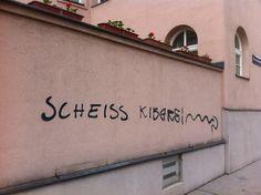 Stadtspaziergang: Vom Polizeistaat-Graffiti bis zum Stadtfahrzeug