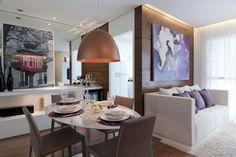 sala integrada, pendente de cobre, lilás e espelho na decoração