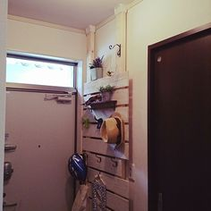 女性で、2DKの野地板/玄関収納/賃貸/玄関/入り口/ディアウォールについてのインテリア実例を紹介。「子供たちの靴やヘルメットでごちゃごちゃが、この壁面収納のおかげで玄関がすっきりしました。」(この写真は 2015-07-28 14:02:19 に共有されました)