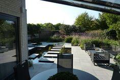 Moderne tuin met vijver.