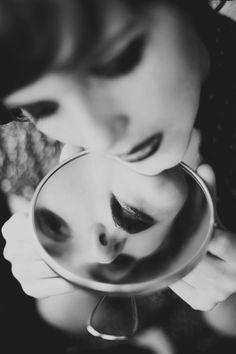 Forse dovrei sorridere di più Forse/Allora Qualcuno mi amerebbe Desidero un abbraccio e poi riuscire a piegarmi su un petto a sentire quel calore… confortante. Eppure/E' assurdo Desidero un abbraccio che non mi tocchi che mi trattenga tra le dita ma che non si intrecci con le mie Forse/invece Dovrei fuggire dagli sguardi persistenti Da …