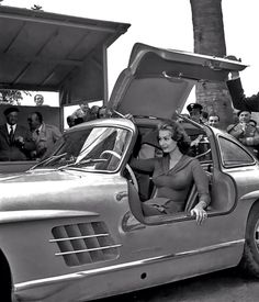 Car Girls: Sophia Loren & her Mercedes-Benz 300 SL Gullwing Sophia Loren, Mercedes Benz 300, Mercedes Auto, Bugatti, Austin Martin, Moda Rock, Carl Benz, Automobile, Mercedez Benz