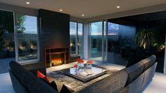 aménagement salon avec cheminée, canapé d'angle gris et table basse grise