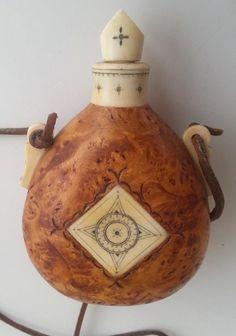 Sami saltbottle by John Nilsson, Sweden Home Crafts, Fun Crafts, Powder Horn, Aradia, Shamanism, Bone Carving, Diy Planters, Bushcraft, Leather Craft