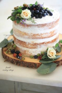 French Country Fridays- The Secret to a 15 minute rustic cake This rustic naked cake is not only gorgeous but a delicious treat! Entertain in style and simplicity with this 15 minute rustic cake. Nake Cake, Yummy Treats, Sweet Treats, Cake Recipes, Dessert Recipes, Rustic Cake, French Country Cottage, Savoury Cake, Let Them Eat Cake