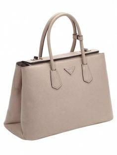 Prada lanceert een complete nieuwe tassenlijn met maar liefst veertien tassen in, jawel, veertien kleuren.
