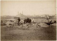 Démarrage de la construction de la Tour Eiffel sur le Champ-de-Mars, en février 1887