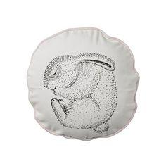<p>Coussin Sleeping rabbit, rond avec un délicat dessin d'un lapin endormi, pipping rose, dos rose à pois blancs, déhoussable, design Nanna asmussen pour Bloomingville. Pour apporter de la douceur à votre salon ou à votre chambre et obtenir une ambiance sereine et poétique. A coordonner avec les autres coussins assortis de la gamme sweet moments par Bloomingville.- deco-graphic.com